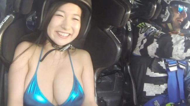 Hot girl bikini Nhật Bản phấn khích với màn drift của Ken Block