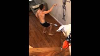 Vừa lau nhà vừa nhảy cùng bộ xương :v
