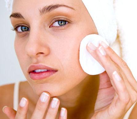 Chỉ nên sử dụng tay hoặc miếng vải mềm mỏng để rửa mặt