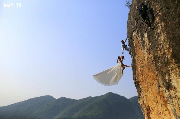 Anh Zheng Feng và người vợ sắp cưới chọn thực hiện bộ ảnh cưới táo bạo trong chuyến leo núi ở thành phố Kim Hoa, tỉnh Chiết Giang, Trung Quốc. Ảnh: Reuters