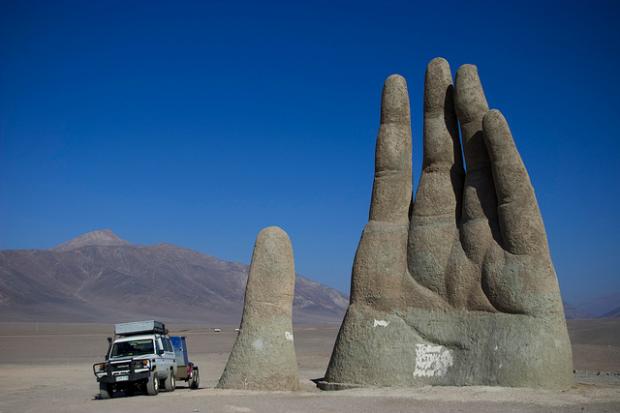 Bàn tay khổng lồ, sa mạc Atacama, Chile