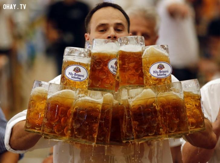 Anh Oliver Stuemfl, người Đức, đã lập kỷ lục thế giới mới khi mang 27 ly bia với tổng dung tích 1 lít và đi xa nhất: gần 40 mét. Kỷ lục xác lập vào ngày 7/9. Ảnh: Reuters