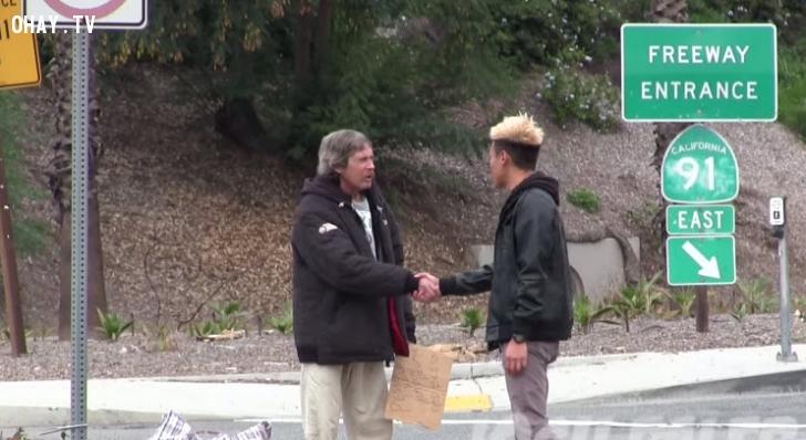 Cho tiền người vô gia cư