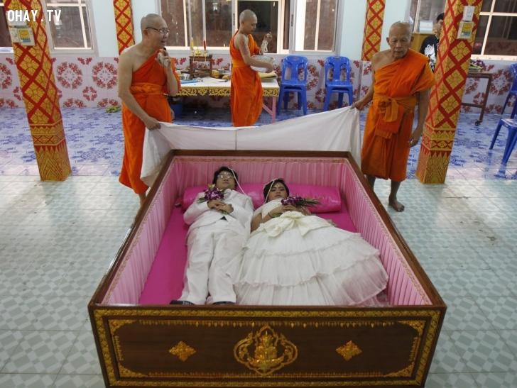 Chú rể Tanapatpurin Samangnitit, 40 tuổi, và cô dâu Sunantaluk Kongkoon, 26 tuổi, nằm trong một quan tài trong lễ cưới của họ ở ngoại ô Bangkok vào ngày 14/2. Cặp đôi tin rằng việc nằm trong quan tài sẽ xua tan mọi xui xẻo và mang lại những điều may mắn trong cuộc sống. Ảnh: Reuters