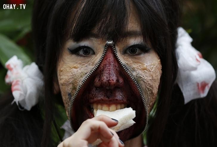 Một tạo hình ấn tượng của cô gái tham gia lễ hội Halloween ở Kawasaki, phía nam thủ đô Tokyo, vào ngày 26/10. Hơn 100.000 người đã đến tham gia sự kiện, khoảng 2.500 người hóa trang trong những bộ đồ ghê rợn. Ảnh: Reuters