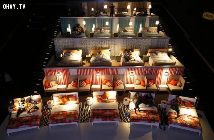 Người dân chờ xem một buổi chiếu phim tại khu phức hợp Kinostar De Lux Multiplex ở Nga hôm 7/12. Tòa nhà đã thay thế những ghế ngồi thông thường trong một rạp chiếu và xây nên những không gian riêng tư với giường ngủ. Ảnh: Reuters