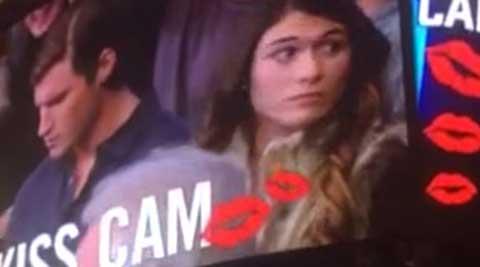 Bạn trai cô gái này không hôn cô ấy trước camera Kiss Cam. Hãy xem chuyện gì sẽ xảy ra