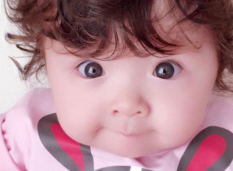 """Fan \""""tan chảy\"""" trước đôi mắt tròn xoe của con gái Elly Trần"""