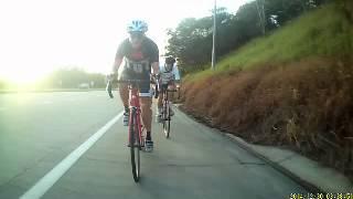 Vận động viên xe đạp ngã lộn nhào cực mạnh khi gặp chướng ngại vật