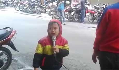 Cậu bé 5 tuổi hát rong trong trời đông giá lạnh