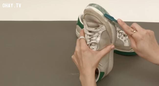 Đánh sạch giày bằng kem đánh răng