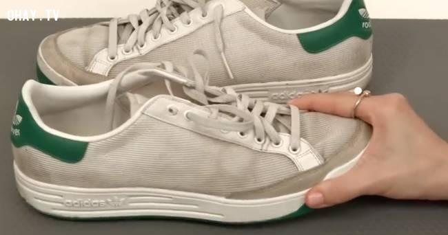 Đánh sạch giày