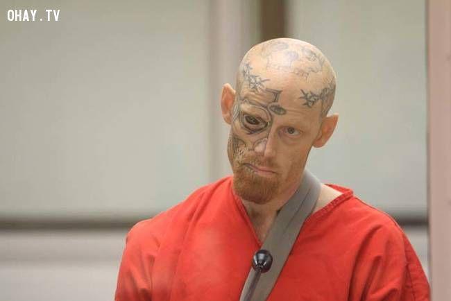Tuần trước, Jason Barnum đã nhận tội trong vụ nổ súng của một sĩ quan cảnh sát.  Ông bị kết án 22 năm tù giam.  Một cái gì đó nói với tôi nhãn cầu bôi đen-ra của ông sẽ được thuận tiện cho đáng sợ bạn tù của mình.