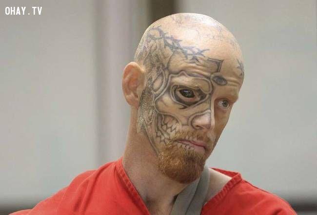 Mặc dù xuất hiện decidedly đáng sợ của mình, Barnum bị mắc kẹt bởi những hình xăm trên khuôn mặt của mình.