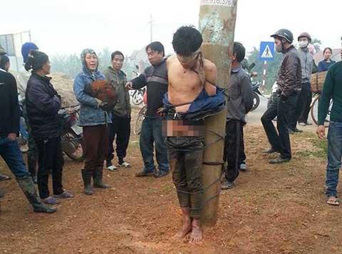 Thanh niên trộm gà bị lột trần, té nước giữa tiết trời lạnh giá