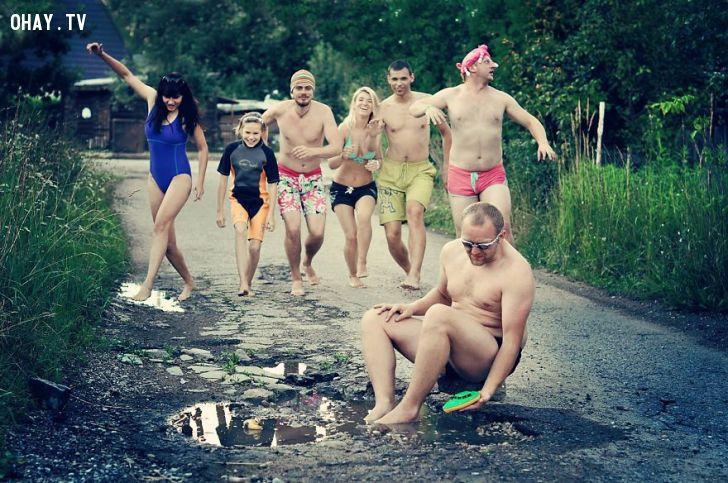 ảnh sáng tạo,châm biếm,con đường,Kaunas,Lithuania,đường xuống cấp