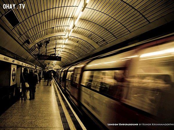 Ga tàu điện ngầm London (Anh): Kể từ khi khánh thành vào thế kỷ 19, rất nhiều người tìm đến các ga tàu điện ngầm để tự sát. Bắt đầu từ năm 1940, tỷ lệ tự sát ở các ga tàu điện ngầm là 25 vụ/năm. Đến những năm 1980, con số này lên tới 100 vụ/năm. Các nhà chức trách cho rằng con số này thực tế còn ít hơn dự đoán vì ngày càng nhiều người đi tàu điện ngầm so với thời gian trước đây. 64% các vụ tự sát ở ga tàu điện ngầm là các chàng trai trẻ. Một điểm đáng chú ý là ga nằm gần bênh viện tâm thần, và 55% số người tự tử là bệnh nhân nội trú.