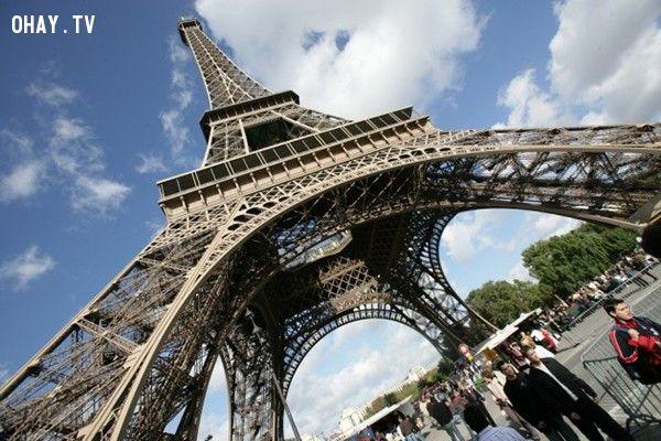 """Tháp Eiffel, Paris (Pháp): Do chính quyền Pháp không muốn tháp Eiffel bị """"tai tiếng"""" là nơi có nhiều vụ tự sát, nên con số chính xác không được thống kê. Nhảy từ """"bà đầm sắt"""" này là một trong 3 cách tự tử phổ biến nhất ở Pháp, chỉ sau uống thuốc độc và treo cổ. Vụ tự tử đầu tiên được ghi nhận ở đây là một chàng trai 23 tuổi treo mình trên một cây xà của tháp năm 1898. Trong số các vụ tự sát ở đây, chỉ 2 người sống sót sau khi nhảy từ độ cao 52m, một người bị gió thổi vào xà cầu, một người khác rơi xuống một chiếc xe hơi bên dưới. Người ta đồn rằng người phụ nữ này sau đó đã kết hôn với chủ nhân chiếc xe."""