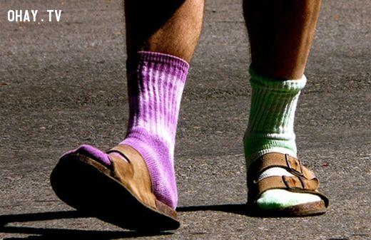 Mang vớ chung với sandals