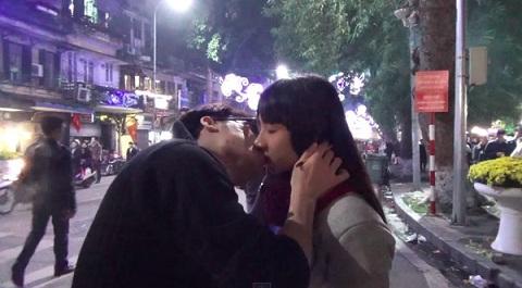 Chàng trai hôn cả chục cô gái xinh trên phố Hà Nội nhờ ảo thuật