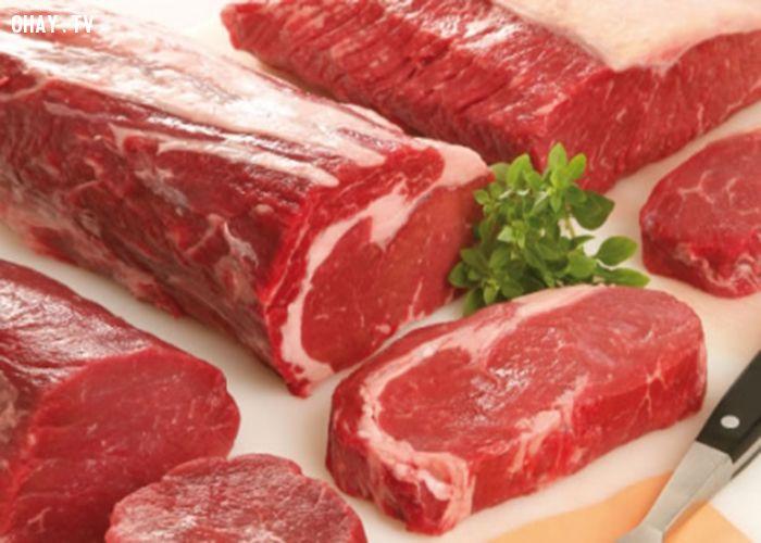 Nên nắn và ngửi thịt để chọn thịt tươi.