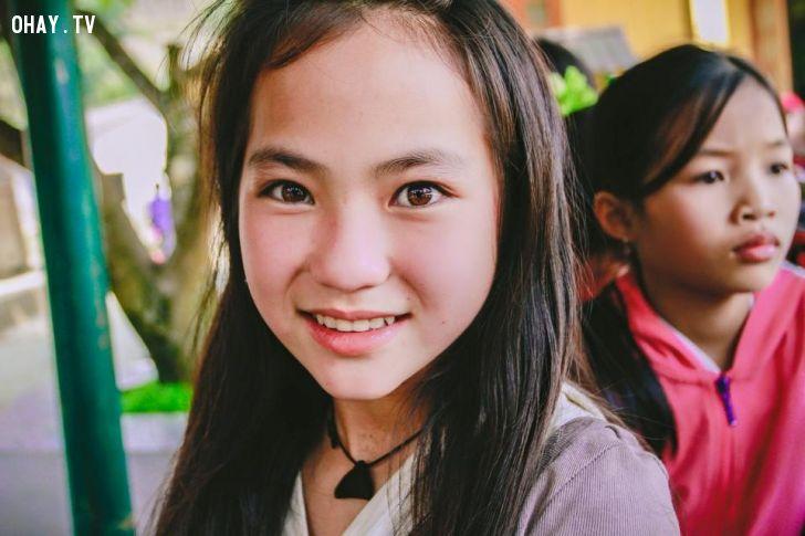 Bé gái người Mông ở Lào Cai gây xôn xao mạng