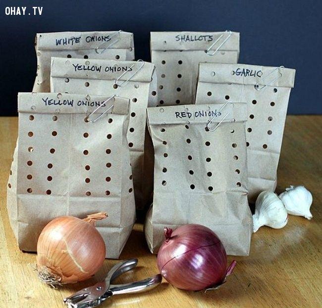 5. Tỏi và hành tây sẽ tươi lâu ít nhất hai tháng nếu được bảo quản trong túi giấy.Bảo quản tỏi và hành tây trong túi giấy có đục lỗ.