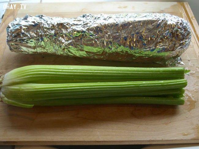 8. Bọc cần tây và trong lá kim loại, đảm bảo chúng sẽ tươi lâu khoảng một tháng. Cách này cũng hiệu quả với bông cải xanh.