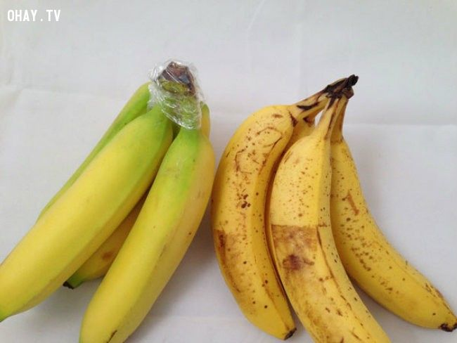 9. Bọc cuống chuối vào một cái bao bằng nhựa, trái chuối sẽ tươi lâu từ 3-5 ngày.