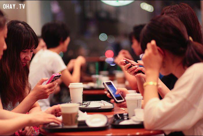 ảnh smartphone,điện thoại,cuộc sống,bỏ lỡ,hối hận,mặt trái của điện thoại