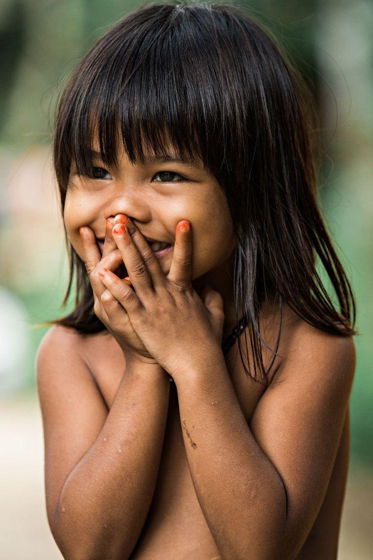 Nụ cười bẽn lẽn của 1 em bé Việt Nam