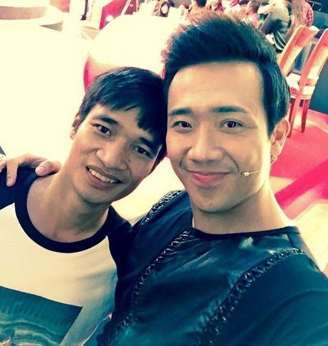Lệ Rơi chụp ảnh cùng diễn viên hài Trấn Thành trong một sự kiện giải trí