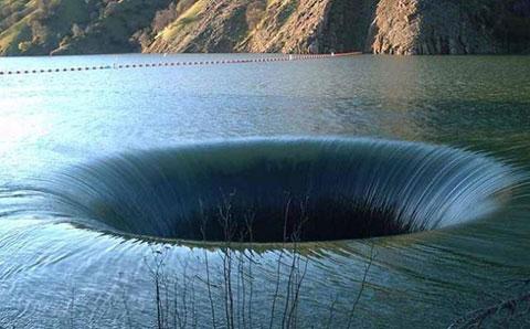 Những hố sâu nổi tiếng và kì quái nhất thế giới