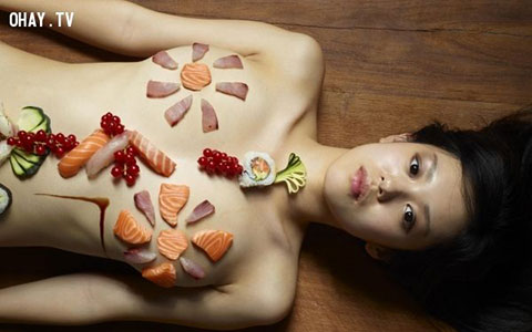 """Ăn Sushi trên cơ thể người khỏa thân – Một hình thức kinh doanh """"ám mụi"""" ?"""