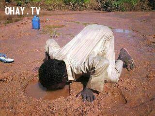 Xúc động hình ảnh em bé cúi xuống đường uống nước bẩn - Ảnh 1