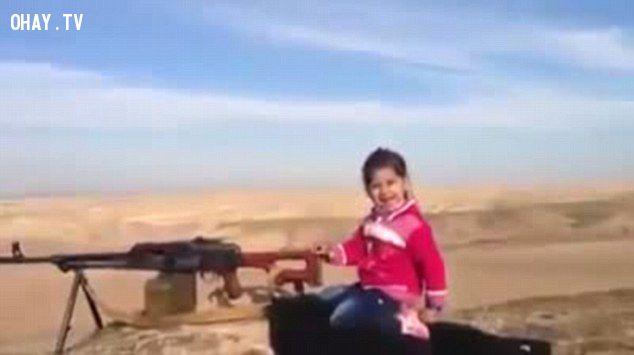 ảnh bé gái,bé gái 6 tuổi bắn súng,bắn súng,xả súng,gây sốc