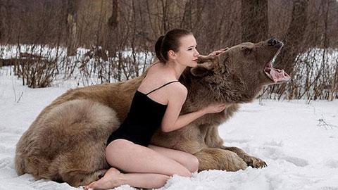 Người đẹp liều mạng chụp ảnh cùng chú gấu to lớn
