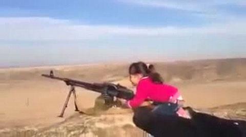 Cô bé 6 tuổi xả đạn bằng súng máy PK gây sốc