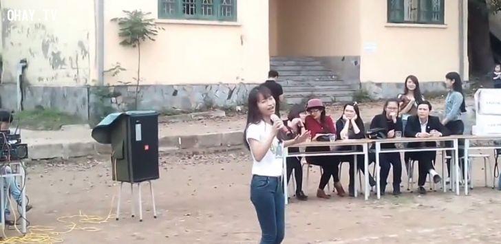 ảnh cô giáo,cô giáo trẻ,hát hay,tóc hát