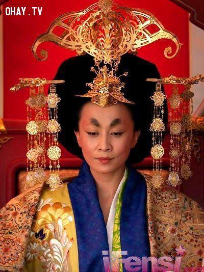 Chỉ cần ngồi im đó, Võ Tắc Thiên - Lưu Gia Linh cũng khiến cho quần thần thuần phục với uy quyền toát ra từ quả đầu rế đựng cơm dầy đặc cùng mắt phượng mày ngài của nàng.