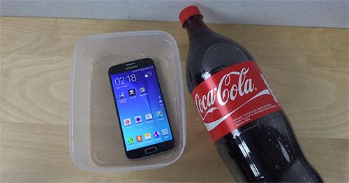 Samsung Galaxy S6 sống sót khi nằm 2 phút trong Coca-Cola