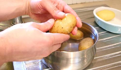 Meo lột vỏ khoai tây cực hay