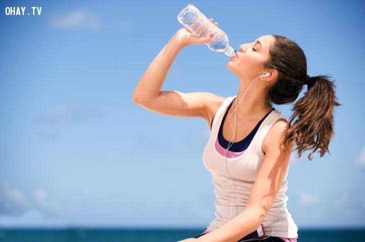 Mất nước là một trong những nguyên do phổ biến gây đau nửa đầu hoặc đau đầu từng cơn. Hãy tập thói quen uống đủ lượng nước định mức cho mỗi ngày