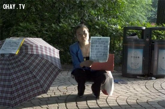 Cô Su Jingjing ngồi ở công viên giơ biển tuyển chồng
