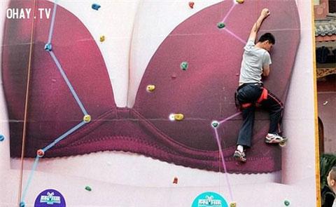 """Hào hứng với cuộc thi leo núi \""""Áo Ngực không lồ\"""""""