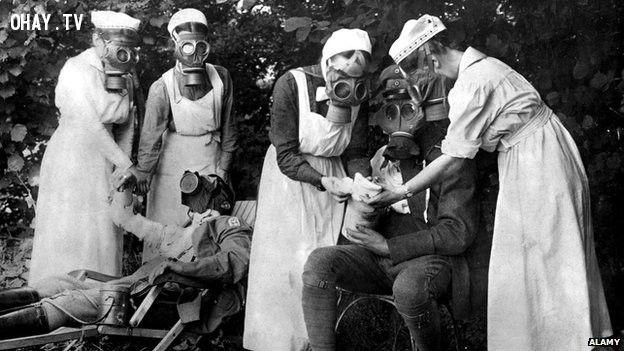 Thường dân ở các quốc gia bị chiếm đóng thường đeo mặt nạ như thế này để bảo vệ chống lại các cuộc tấn công khí gas