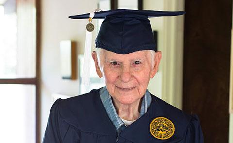 Cụ ông mất 75 năm để có được tấm bằng đại học