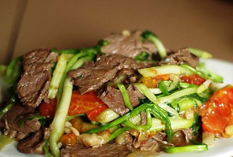 Đãi khách với món thịt bò xào rau cần mềm, ngọt.