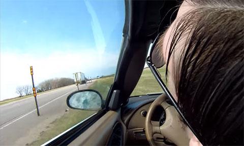 Đang lái xe đột nhiên bị ngất, hãy xem chuyện gì đã đến với anh chàng này!