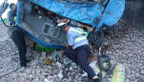Cảnh sát dùng thân mình đỡ người bị tai nạn suốt 3 tiếng
